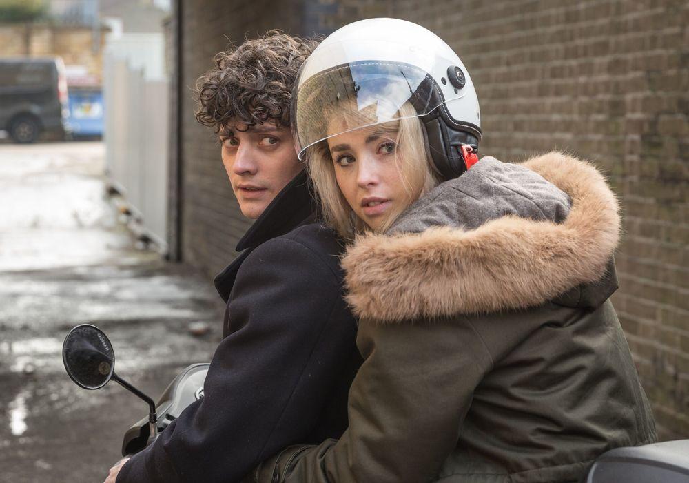 Morto tra una settimana (o ti ridiamo i soldi): Aneurin Barnard e Freya Mavor in una scena del film