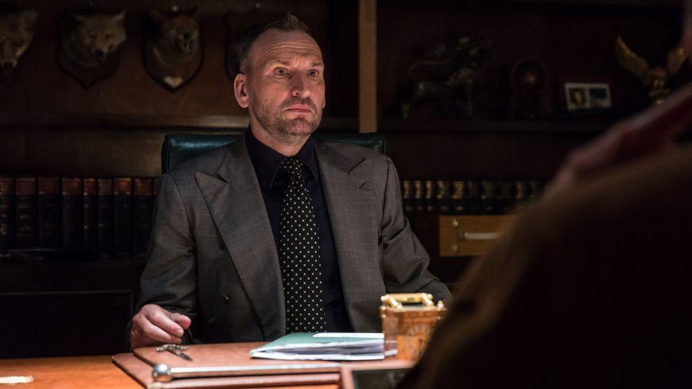 Morto tra una settimana (o ti ridiamo i soldi): Christopher Eccleston in una scena del film