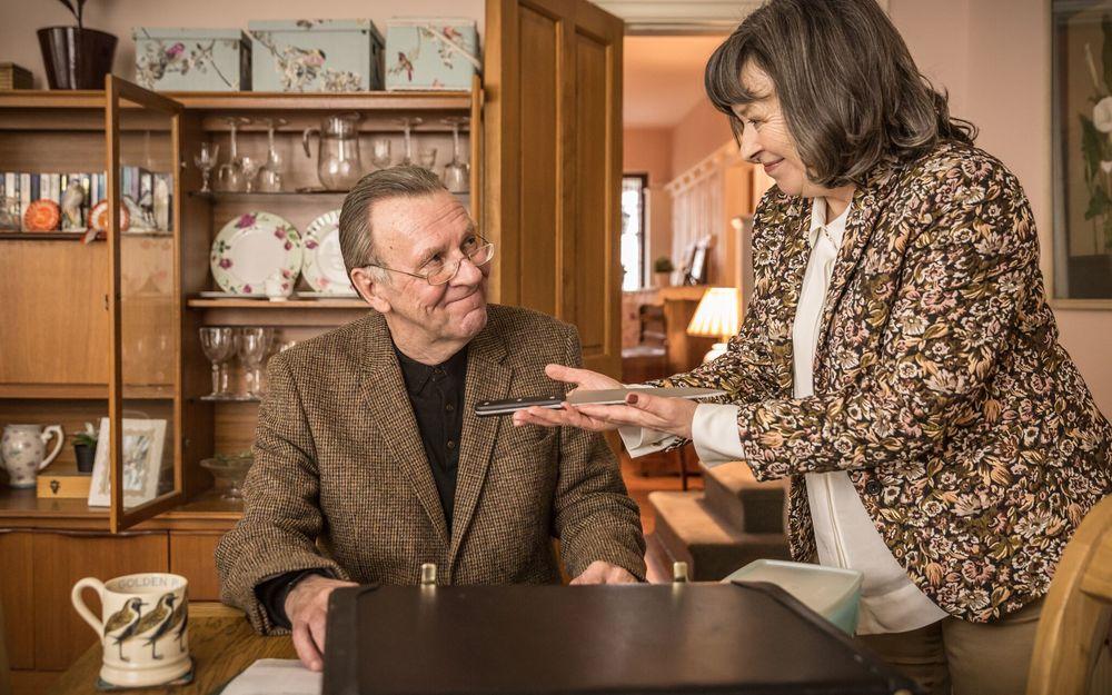Morto tra una settimana (o ti ridiamo i soldi): Tom Wilkinson e Marion Bailey in una scena del film
