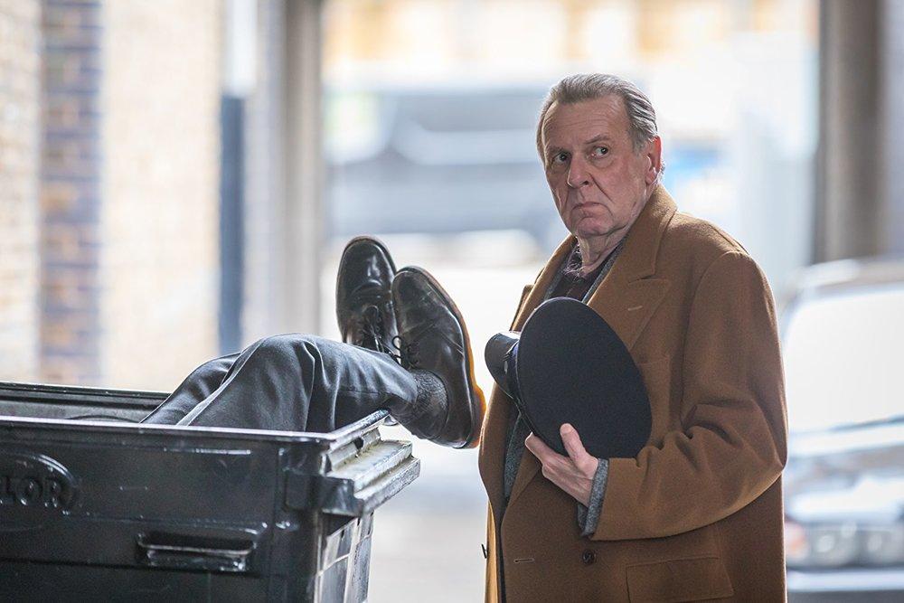 Morto tra una settimana (o ti ridiamo i soldi): Tom Wilkinson in una scena del film