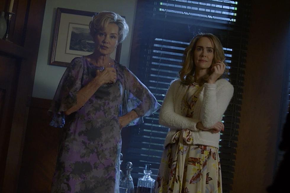 American Horror Story: Jessica Lange e Sarah Paulson in una scena dell'episodio Return to Murder House