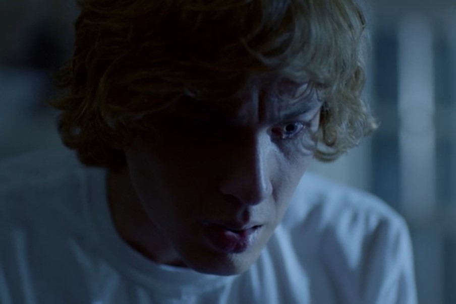 American Horror Story: Cody Fern in una scena dell'episodio Return to Murder House