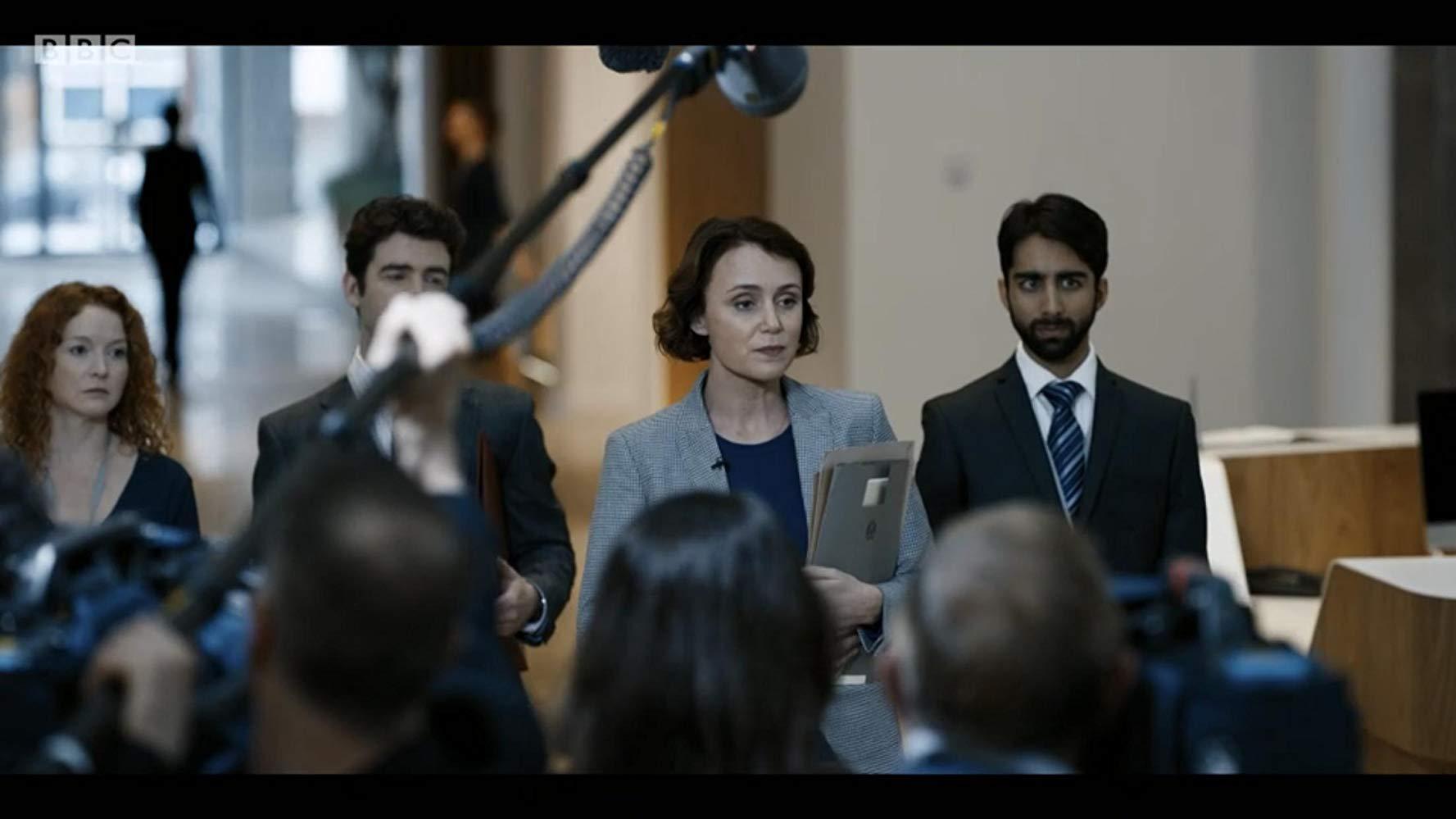 Bodyguard: Keeley Hawes, Shubham Saraf, Thea Balich in una scena