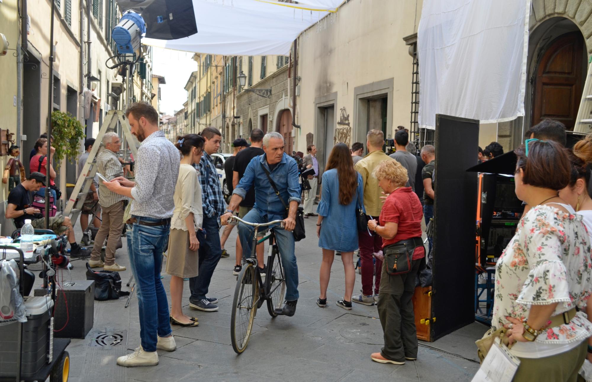 Pezzi unici: Giorgio Panariello in bicicletta sul set fiorentino