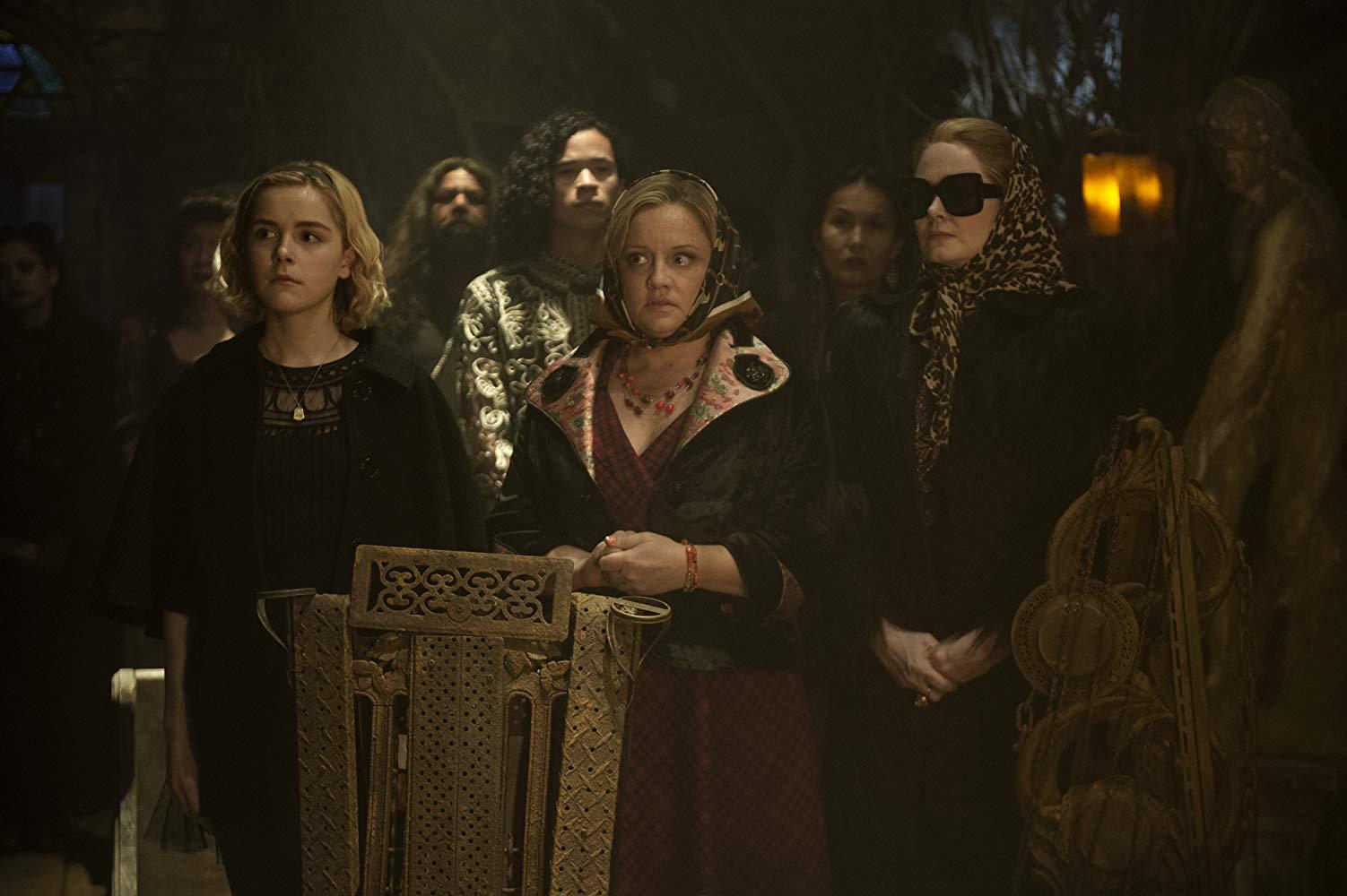 Le terrificanti avventure di Sabrina: Miranda Otto, Lucy Davis, Kiernan Shipka in una scena