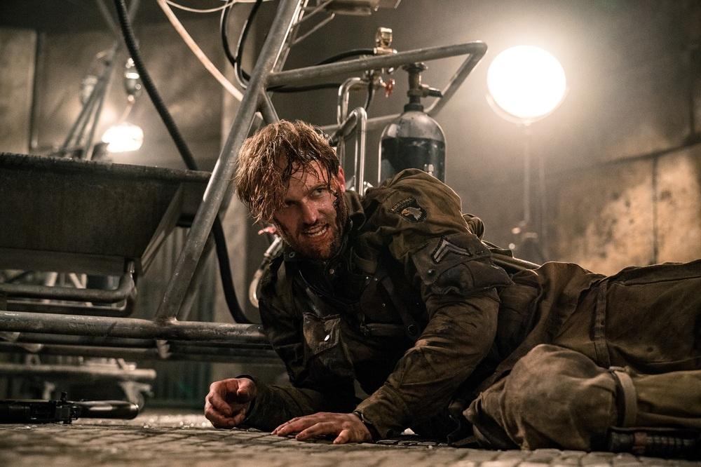 Overlord: Wyatt Russell in una scena del film