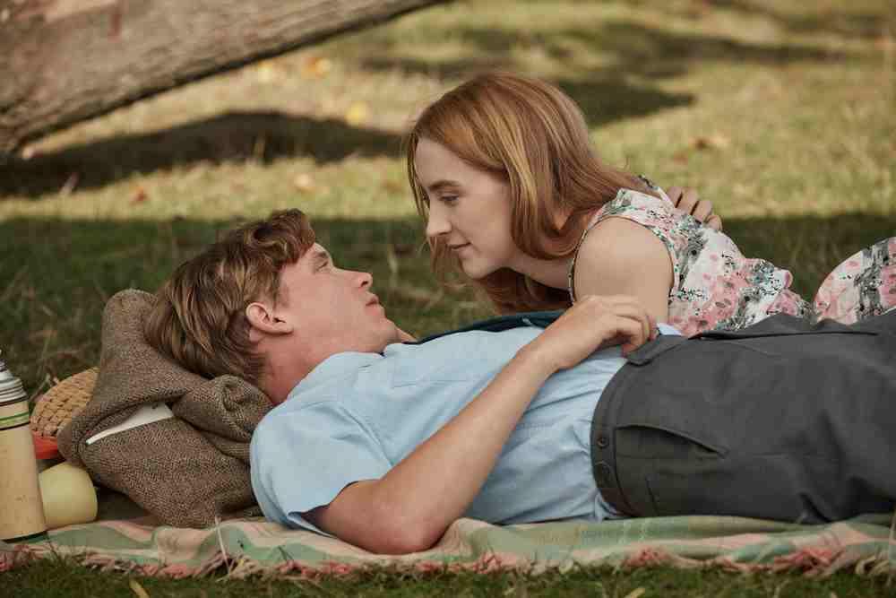 Chesil Beach - Il segreto di una notte: Saoirse Ronan e Billy Howle in un momento del film