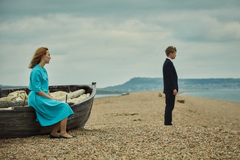 Chesil Beach - Il segreto di una notte: Saoirse Ronan e Billy Howle in un'immagine del film