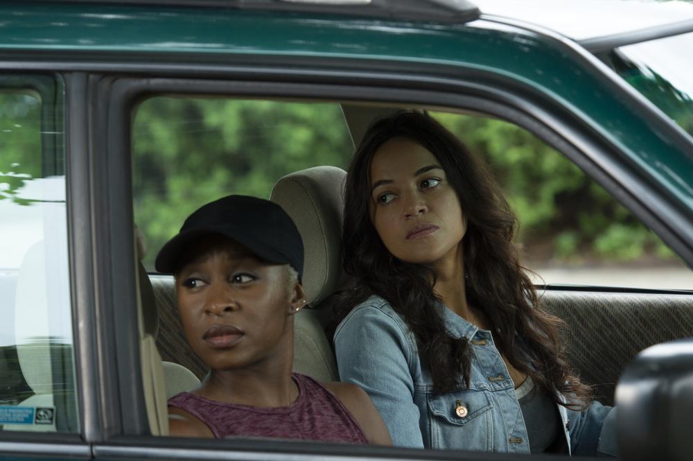 Widows - Eredità criminale: Michelle Rodriguez con Cynthia Erivo in una scena del film