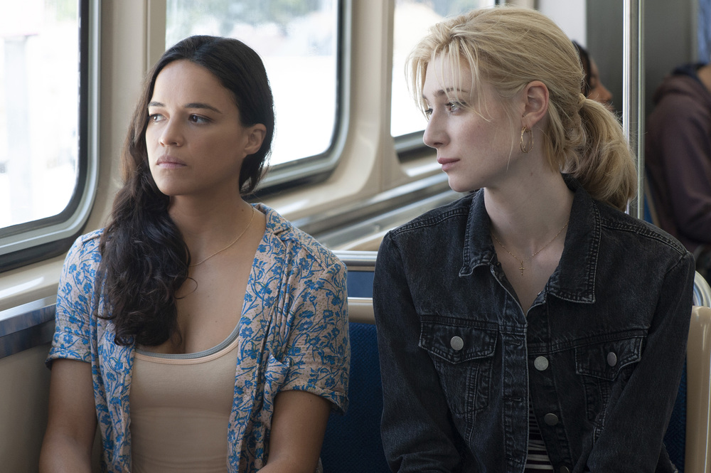 Widows - Eredità criminale: Michelle Rodriguez con Elizabeth Debicki in una scena del film