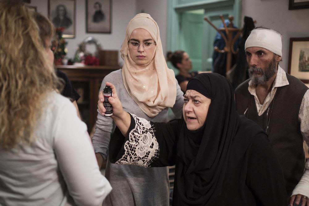 La prima pietra: Kasia Smutniak, Serra Yilmaz, Valerio Aprea e Iaia Forte in un momento del film