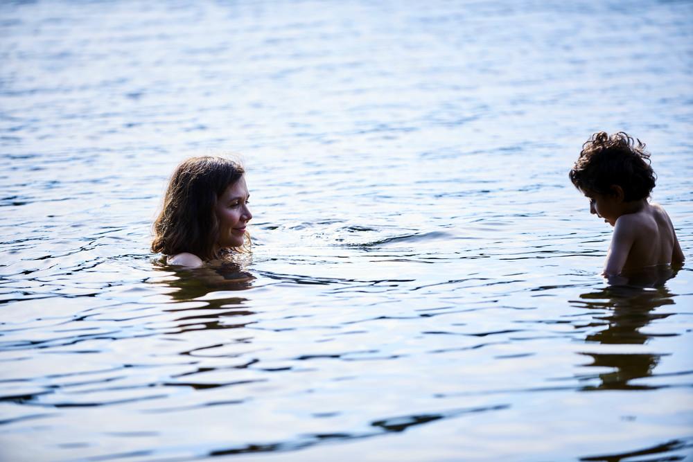 Lontano da qui: Maggie Gyllenhaal e Parker Sevak in un momento del film