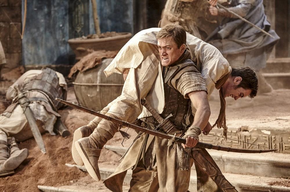 Robin Hood - L'origine della leggenda: Taron Egerton in una scena del film
