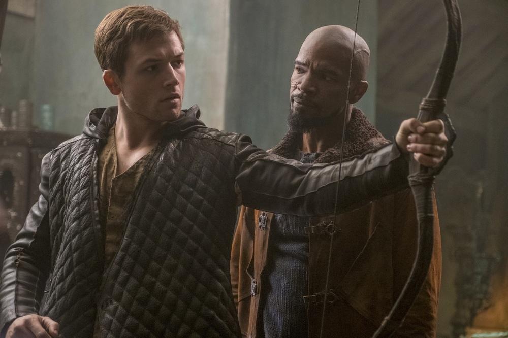 Robin Hood - L'origine della leggenda: Taron Egerton e Jamie Foxx in una scena del film