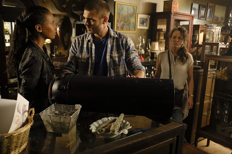 Siren: Rena Owen, Alex Roe, Fola Evans-Akingbola nell'episodio The Lure