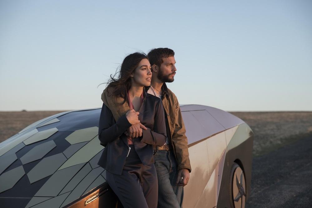 Upgrade: Logan Marshall-Green e Melanie Vallejo in una scena del film