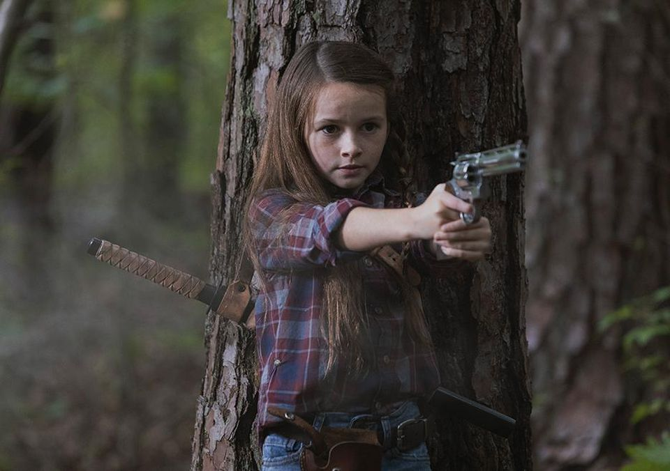 The Walking Dead 9: Judith (Cailey Fleming) stringe in mano la pistola