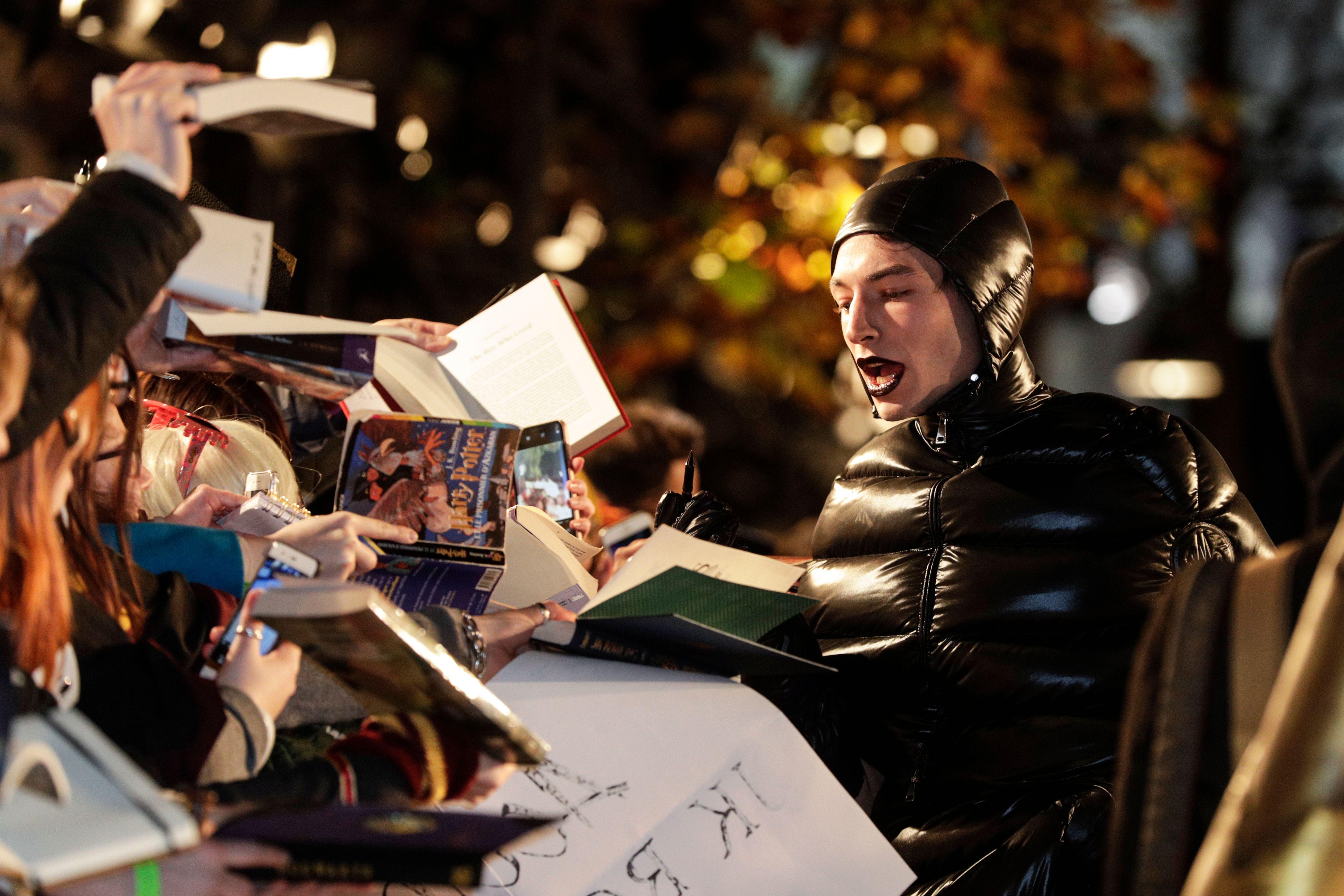 Animali Fantastici: I Crimini di Grindelwald - Ezra Miller firma autografi alla premiere parigina
