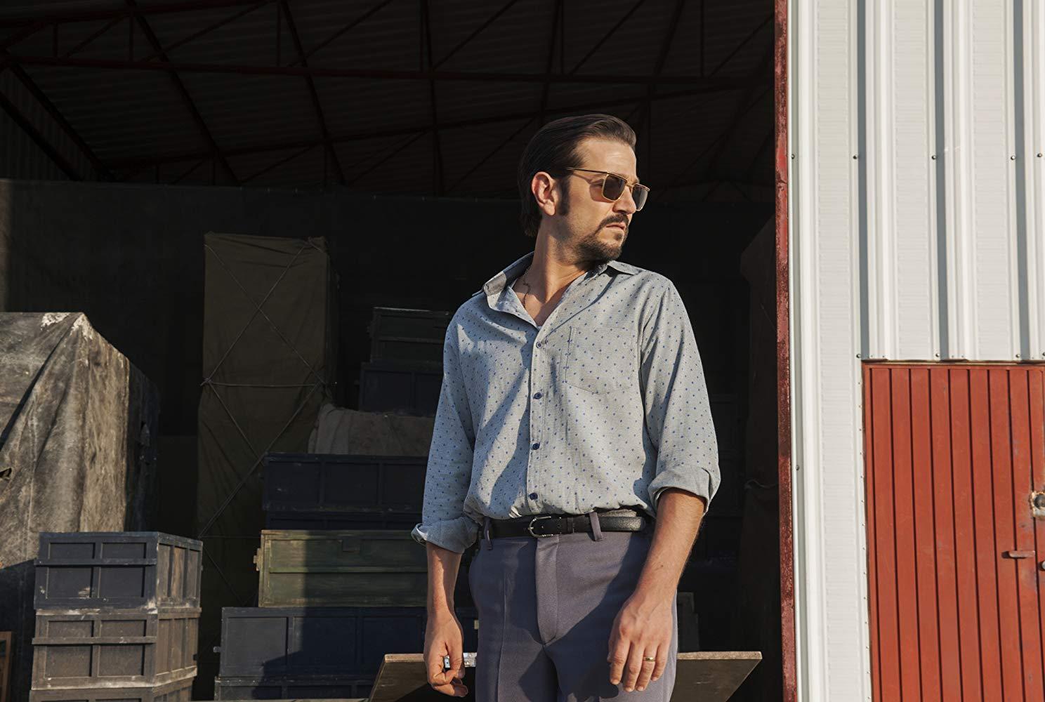 Narcos: Mexico: Diego Luna in una scena della serie