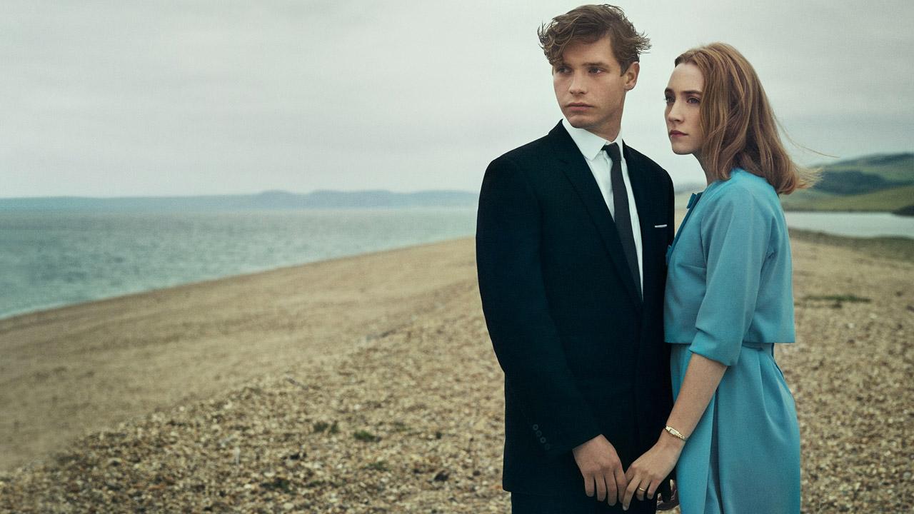 Chesil Beach - Il segreto di una notte: Saoirse Ronan e Billy Howle in un'immagine tratta dal film
