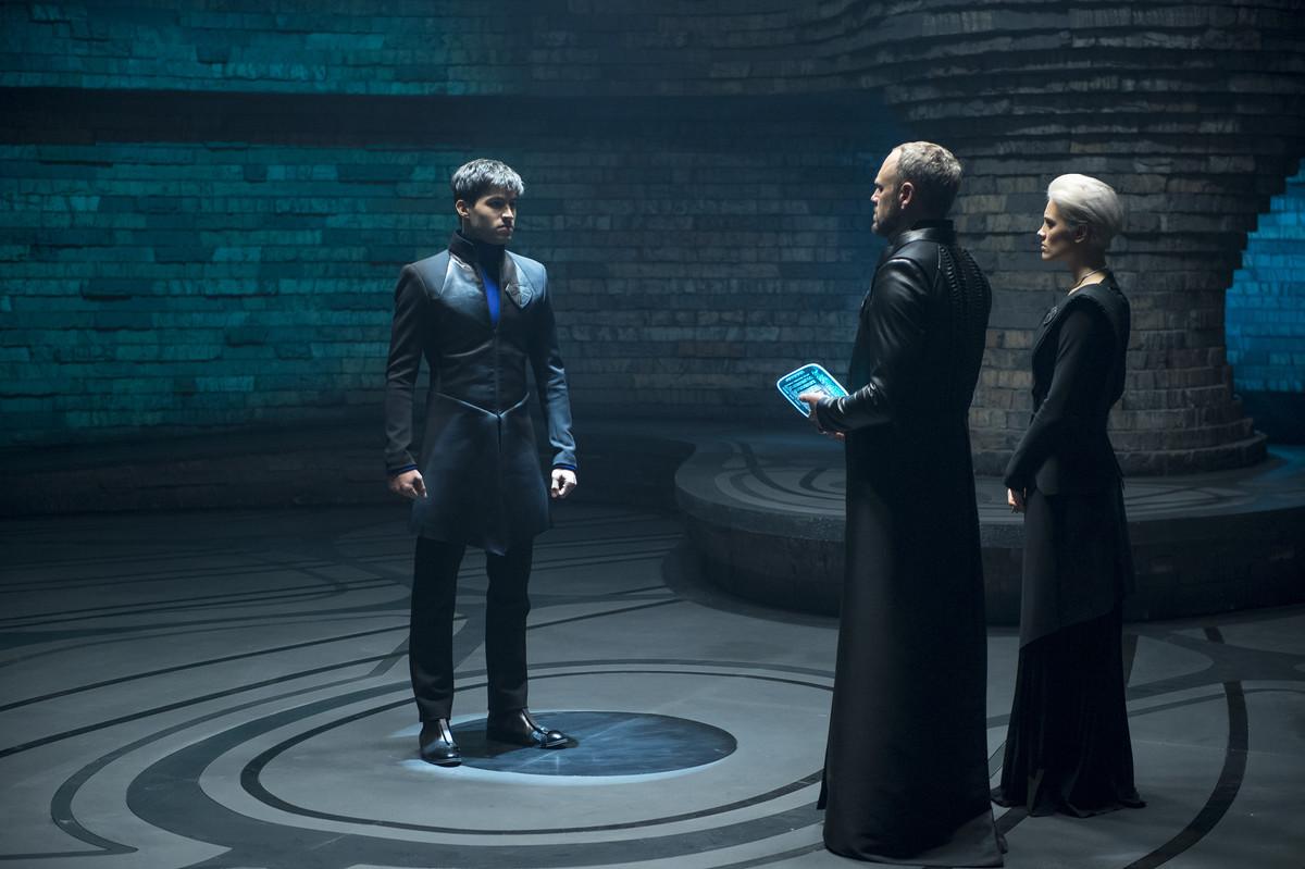 Krypton: Elliot Cowan, Cameron Cuffe, Wallis Day in una scena