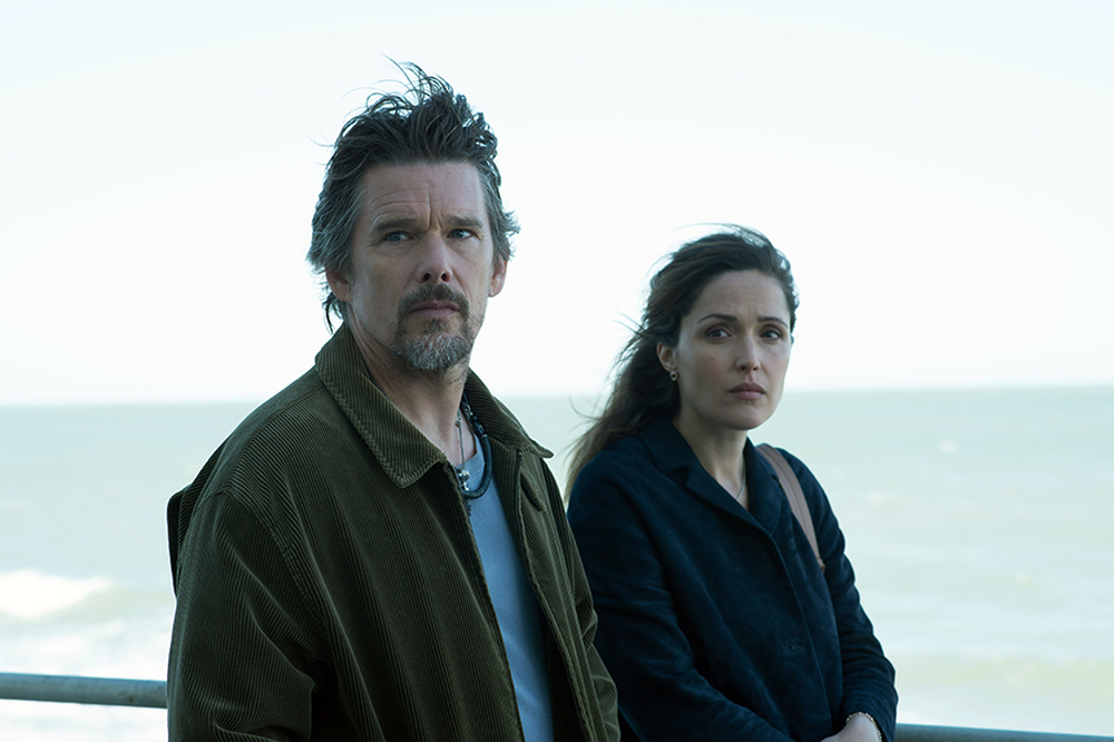 Juliet, Naked: Rose Byrne ed Ethan Hawke in una scena del film