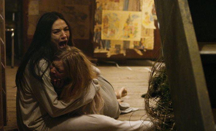 La casa delle bambole - Ghostland: Crystal Reed e Anastasia Phillips in una scena del film
