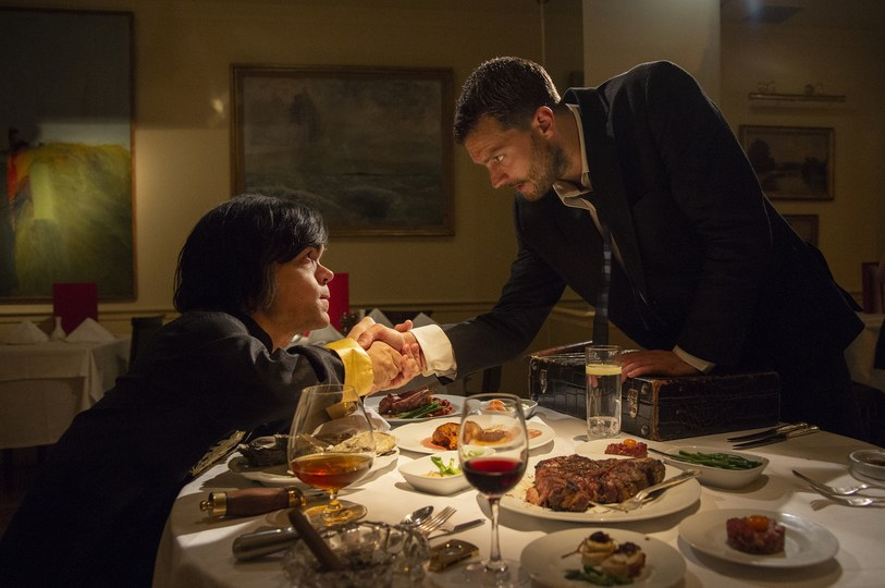 My Dinner with Hervé: eter Dinklage, Jamie Dornan in una scena del film