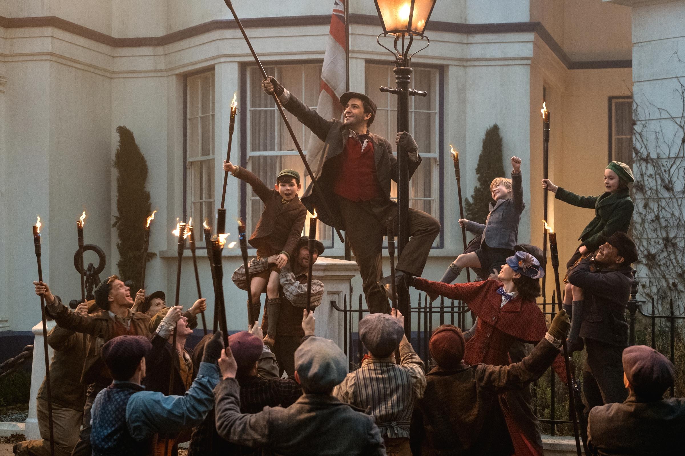 Mary Poppins Returns: Lin-Manuel Miranda in una foto del film