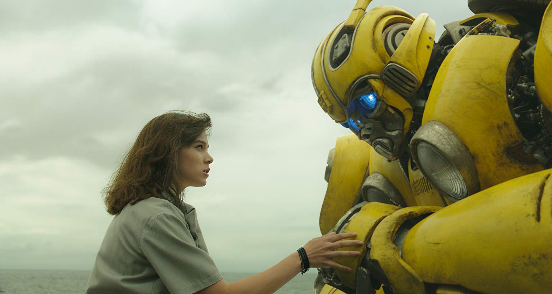 Bumblebee: Hailee Steinfeld e Bumblebee in una scena
