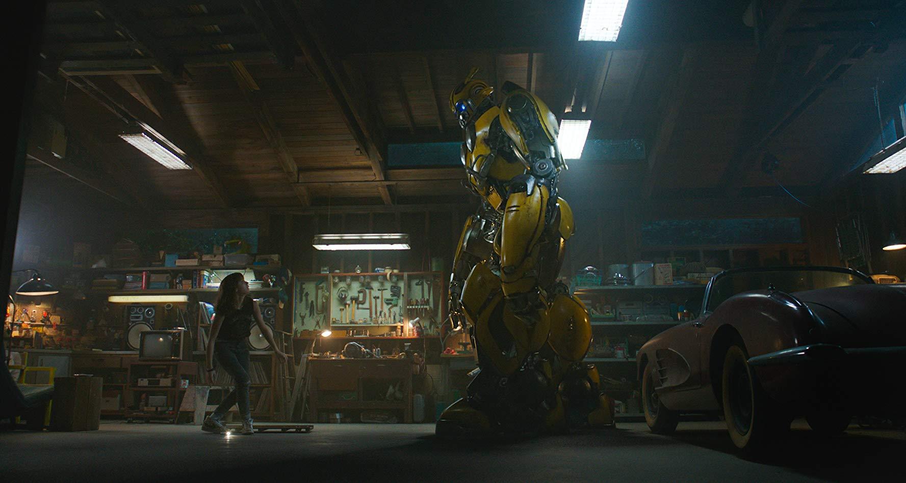 Bumblebee: Hailee Steinfeld e Bumblebee in una scena del film
