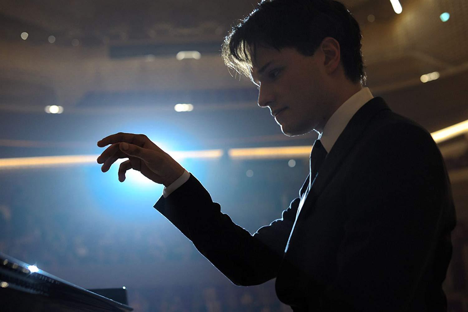 Nelle tue mani: Jules Benchetrit in una scena del film