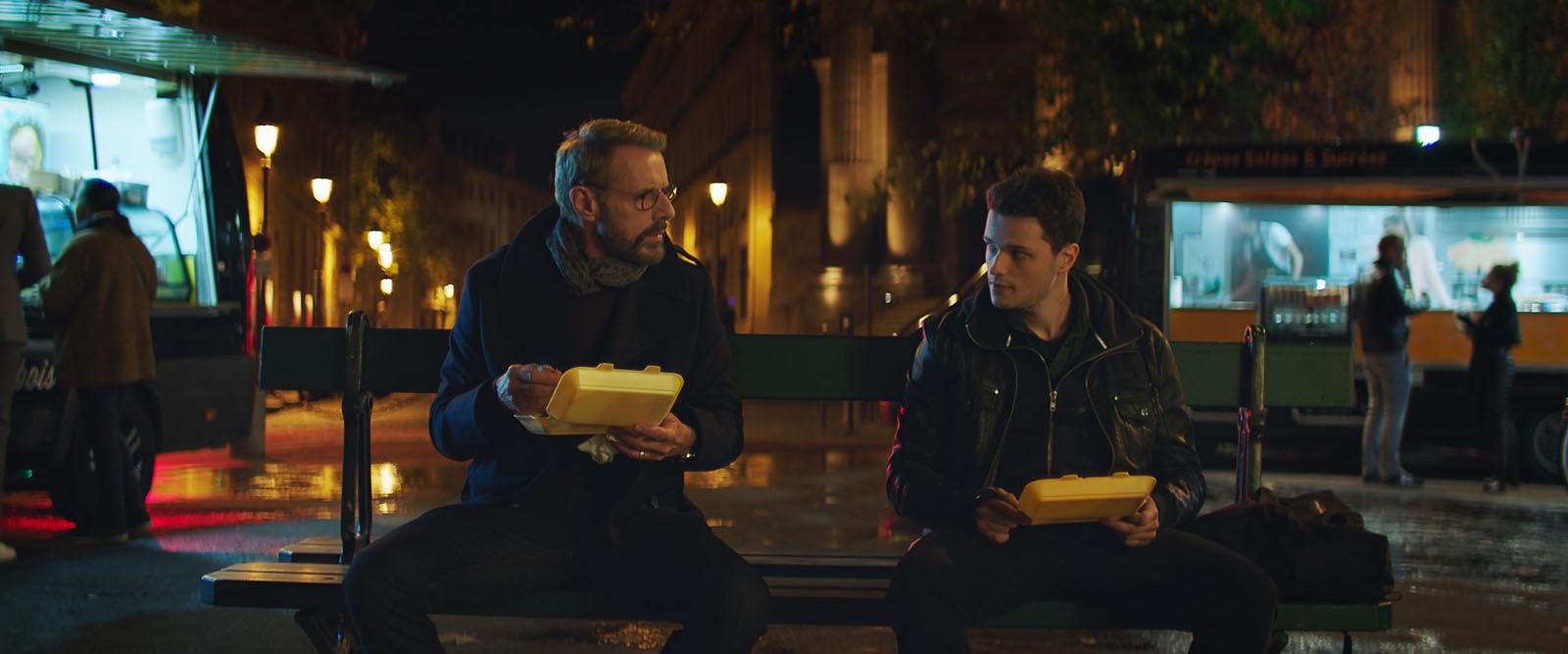 Nelle tue mani: Lambert Wilson, Jules Benchetrit in una scena