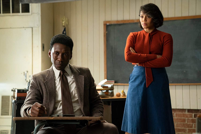 True Detective: Mahershala Ali insieme a Carmen Ejogo in  una scena della terza stagione