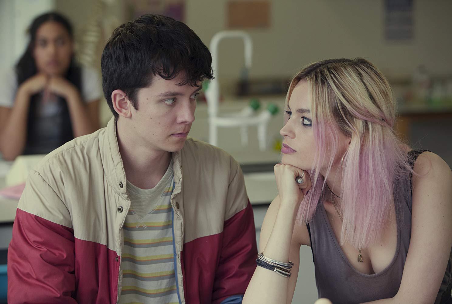 Sex Education: Asa Butterfield con Emma Mackey in una scena della serie