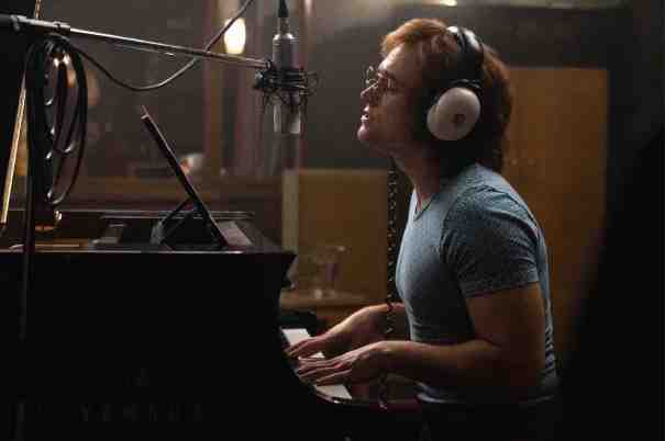 Rocketman: Taron Egerton in una foto del film