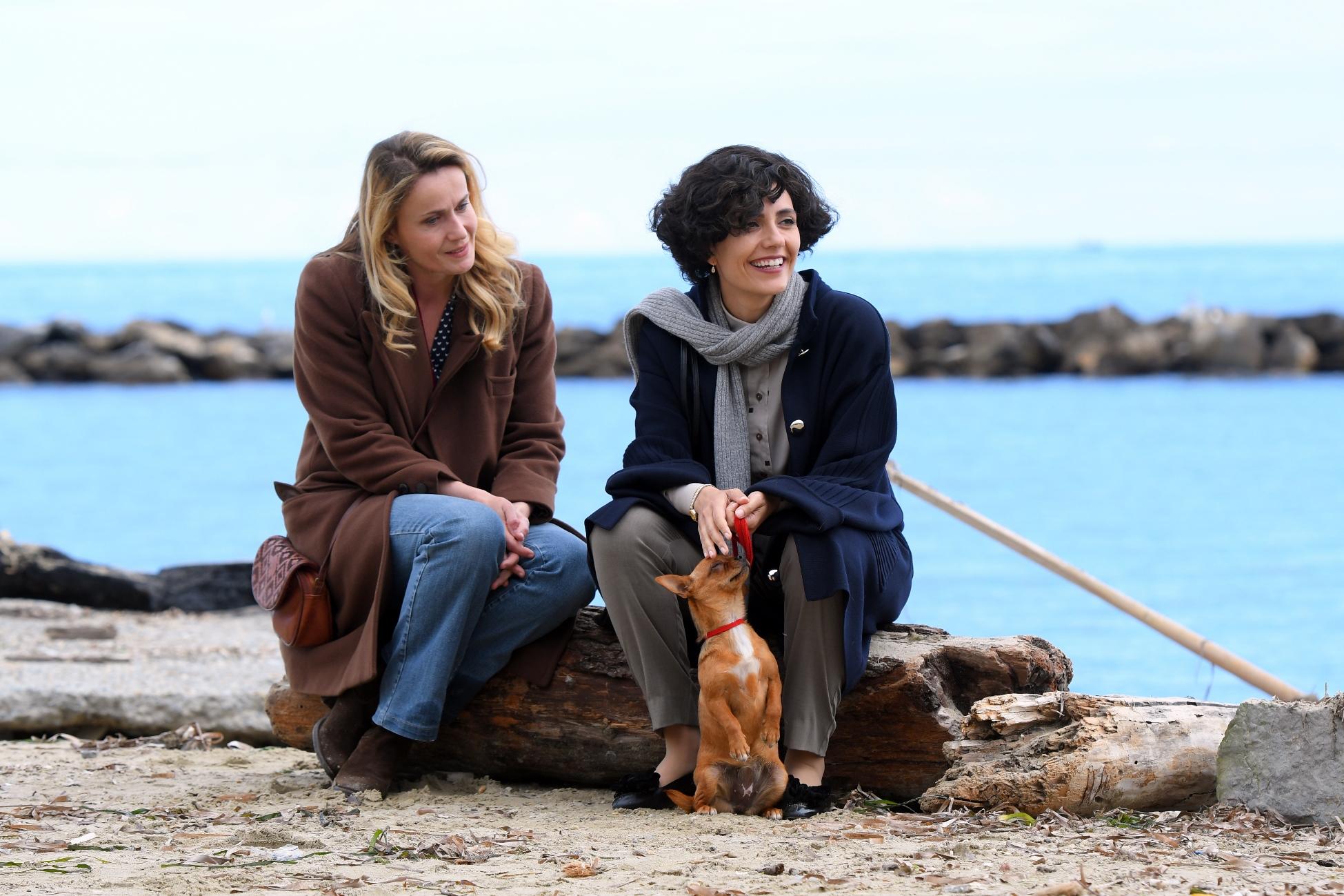 Io sono Mia: Serena Rossi e Lucia Mascino in una scena del film