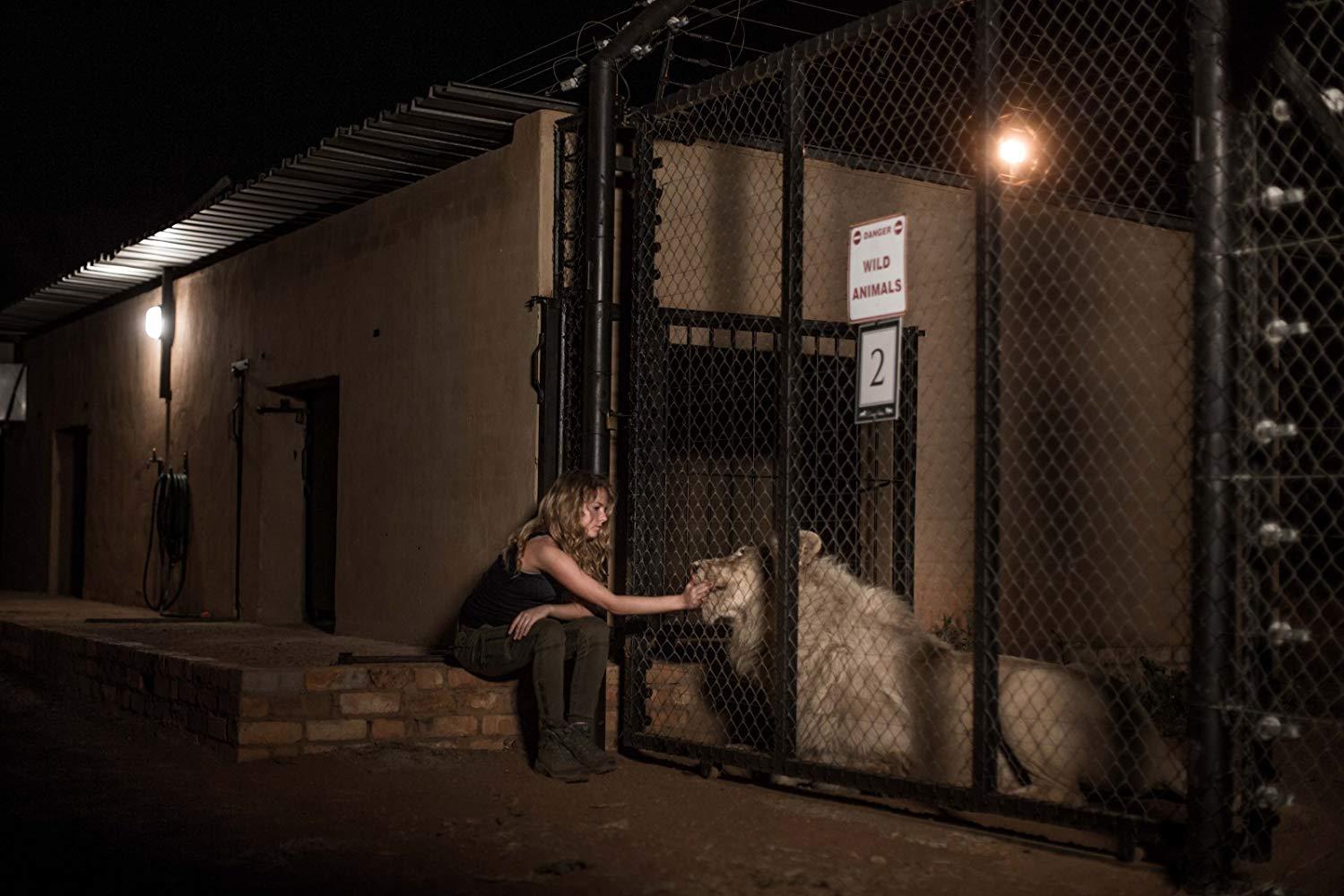 Mia e il leone bianco: Daniah De Villiers e il suo amico a quattro zampe in una scena