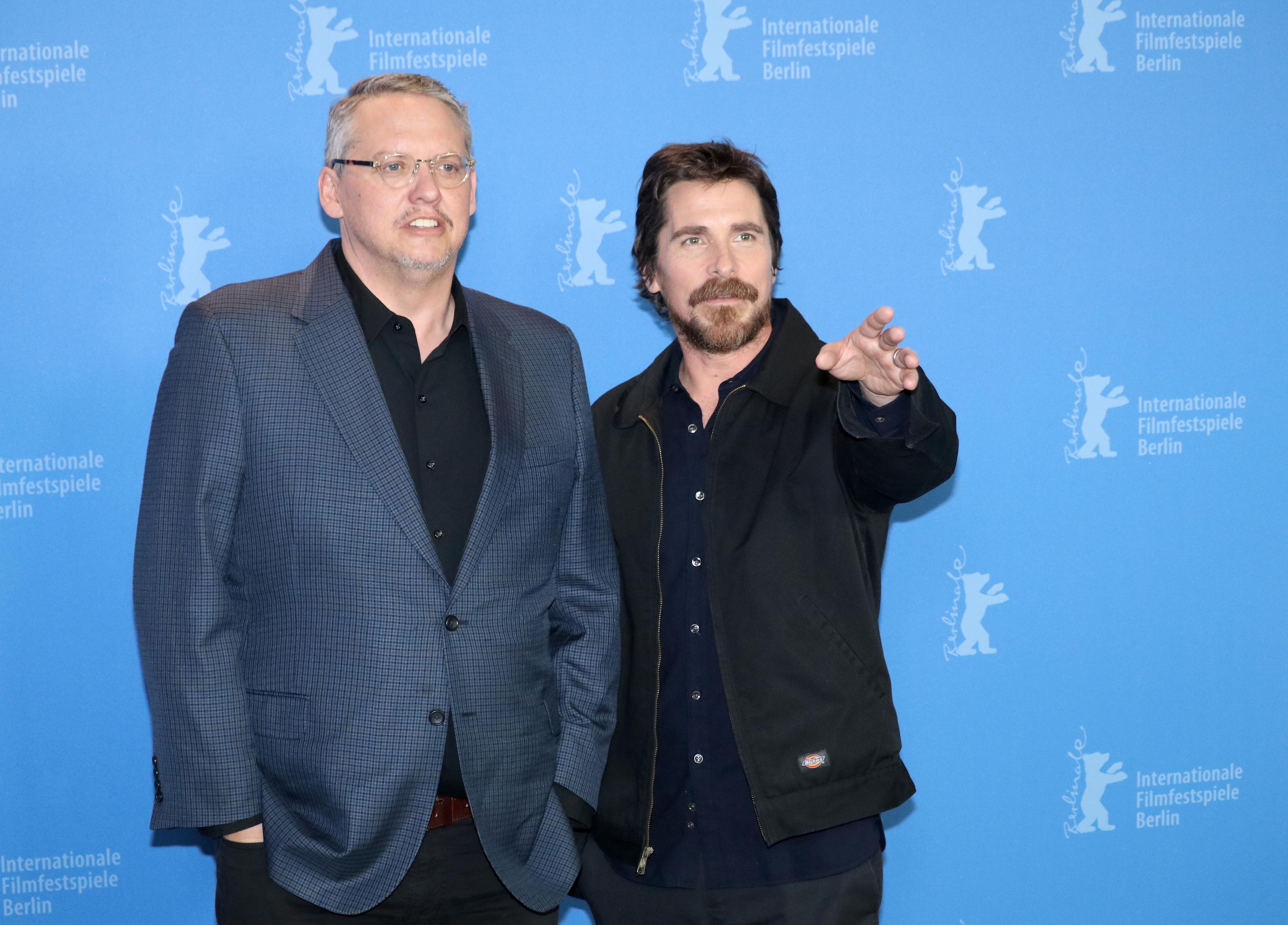 Berlino 2019: uno scatto di Adam McKay e Christian Bale al photocall di Vice - L'uomo nell'ombra