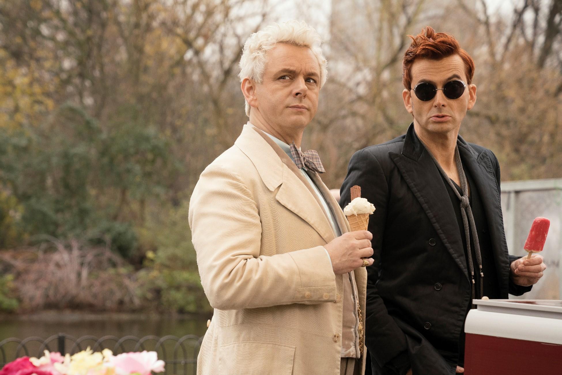 Good Omens: Michael Sheen insieme a David Tennant durante una scena della serie