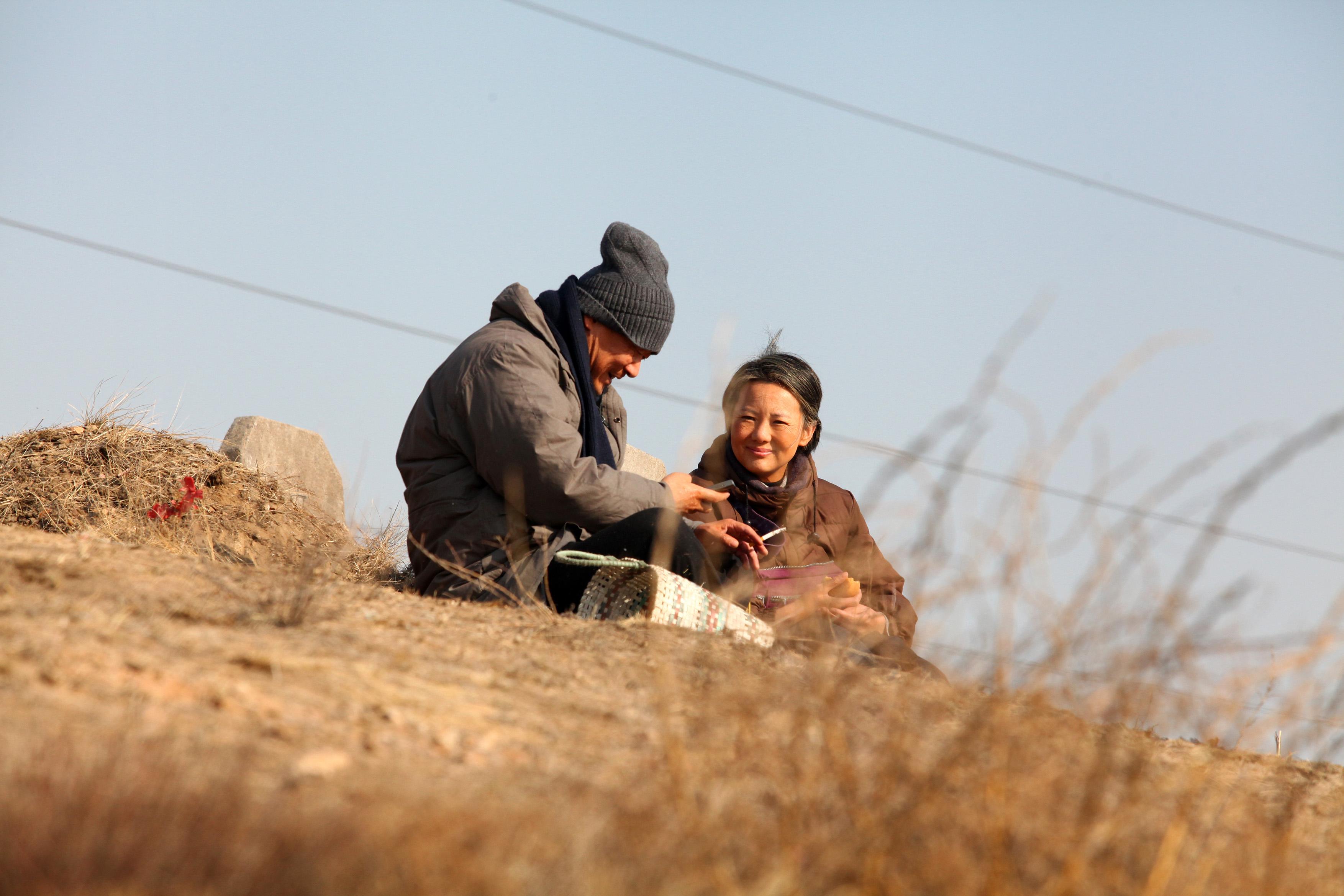 So Long, My Son: Yong Mei e Wang Jingchun in una scena del film