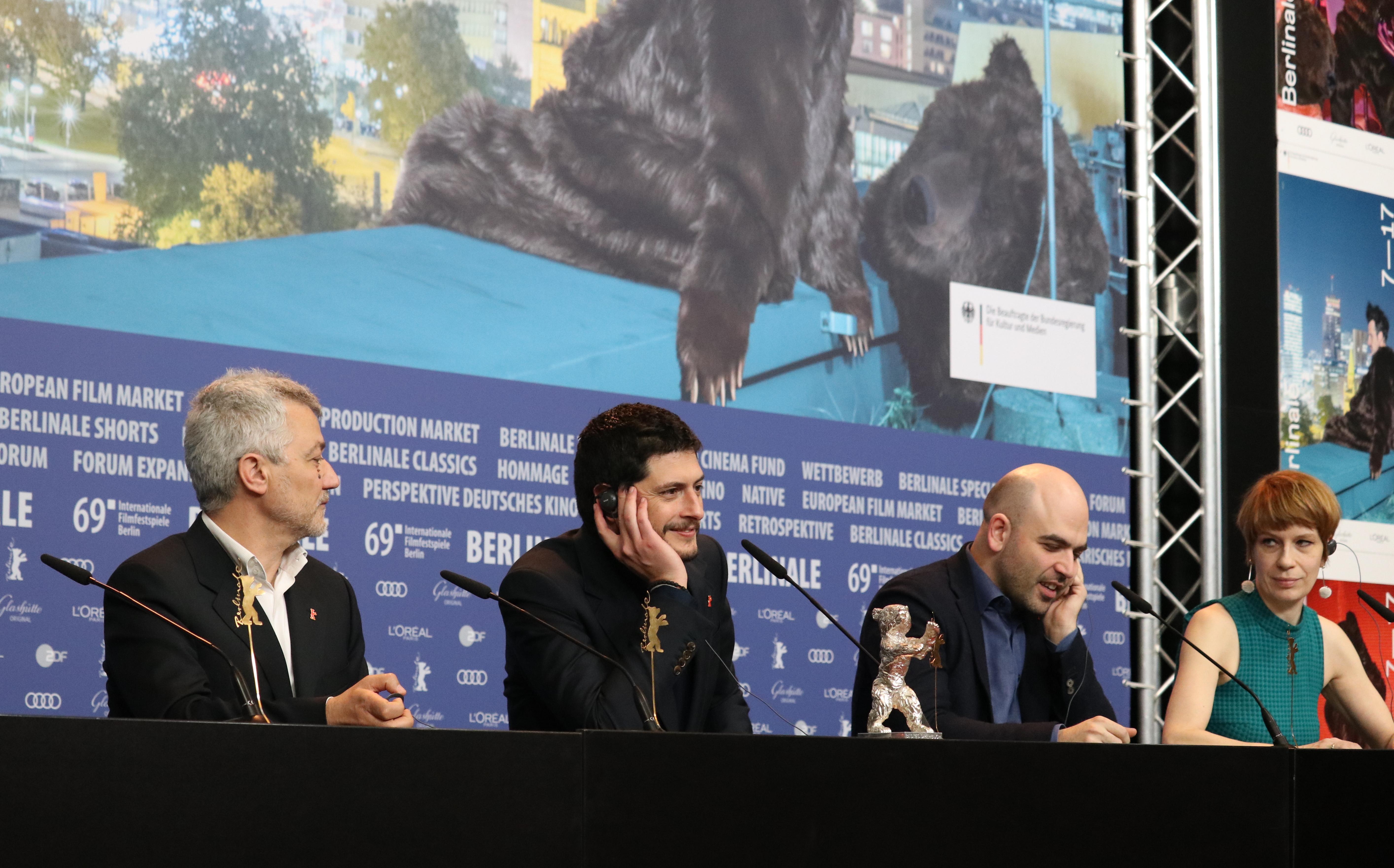 Berlino 2019: uno scatto di Roberto Saviano, Claudio Giovannesi e Maurizio Braucci alla conferenza di premiazione
