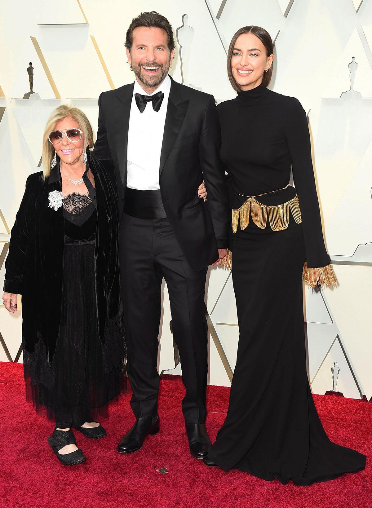 Red Carpet Oscar 2019: Bradley Cooper con la madre e la compagna