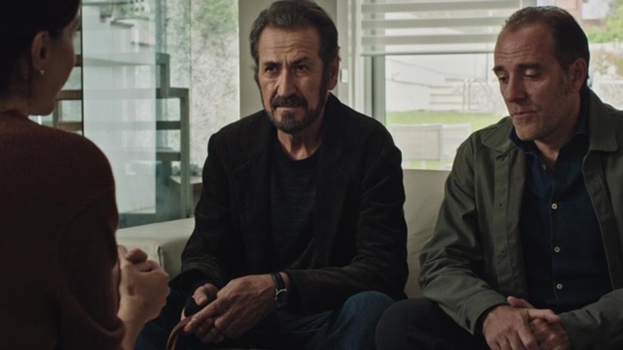 Domani è un altro giorno: Marco Giallini insieme a Valerio Mastandrea in una scena