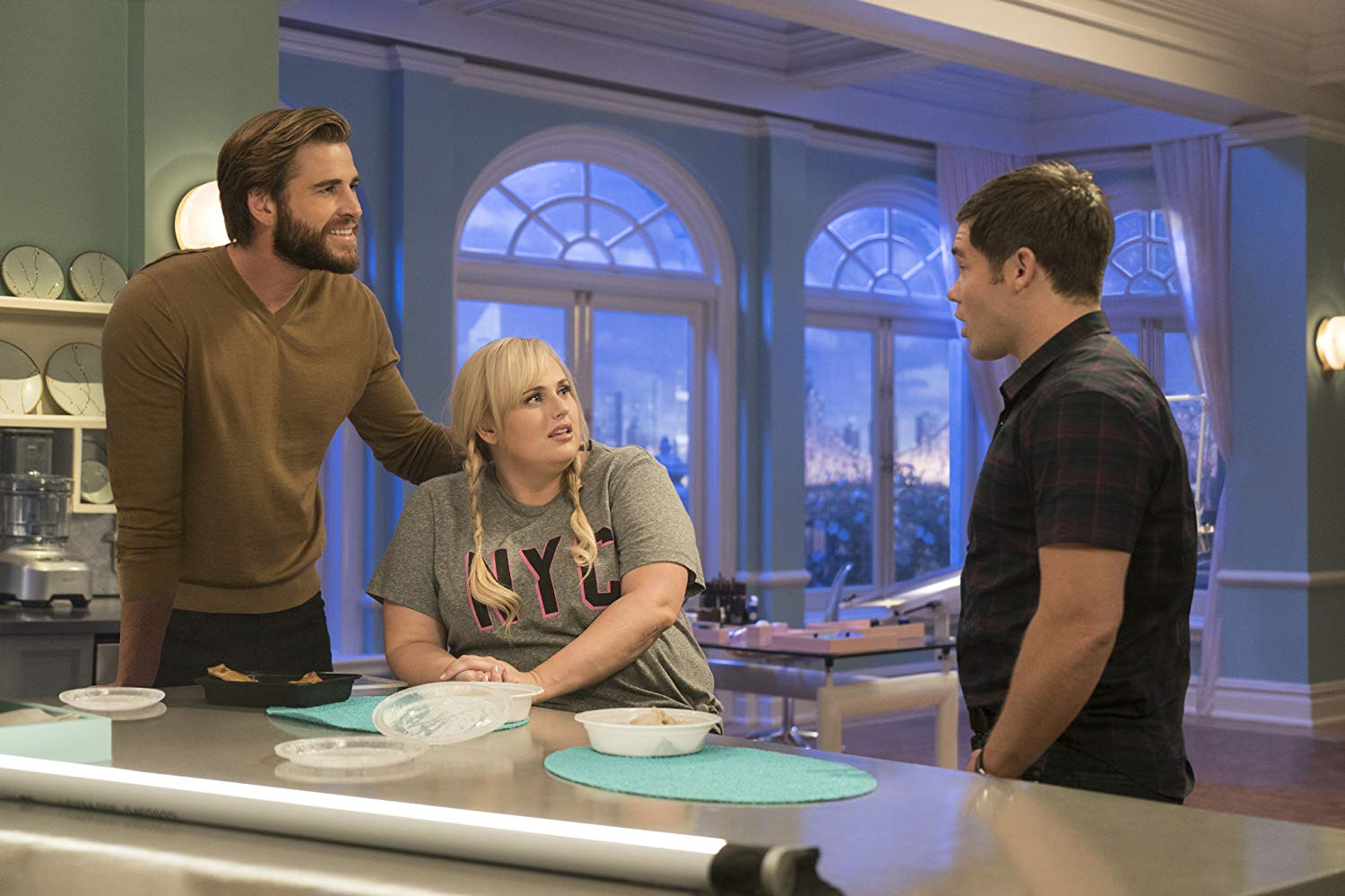 Non è romantico?: Rebel Wilson, Liam Hemsworth e Adam Devine in una scena