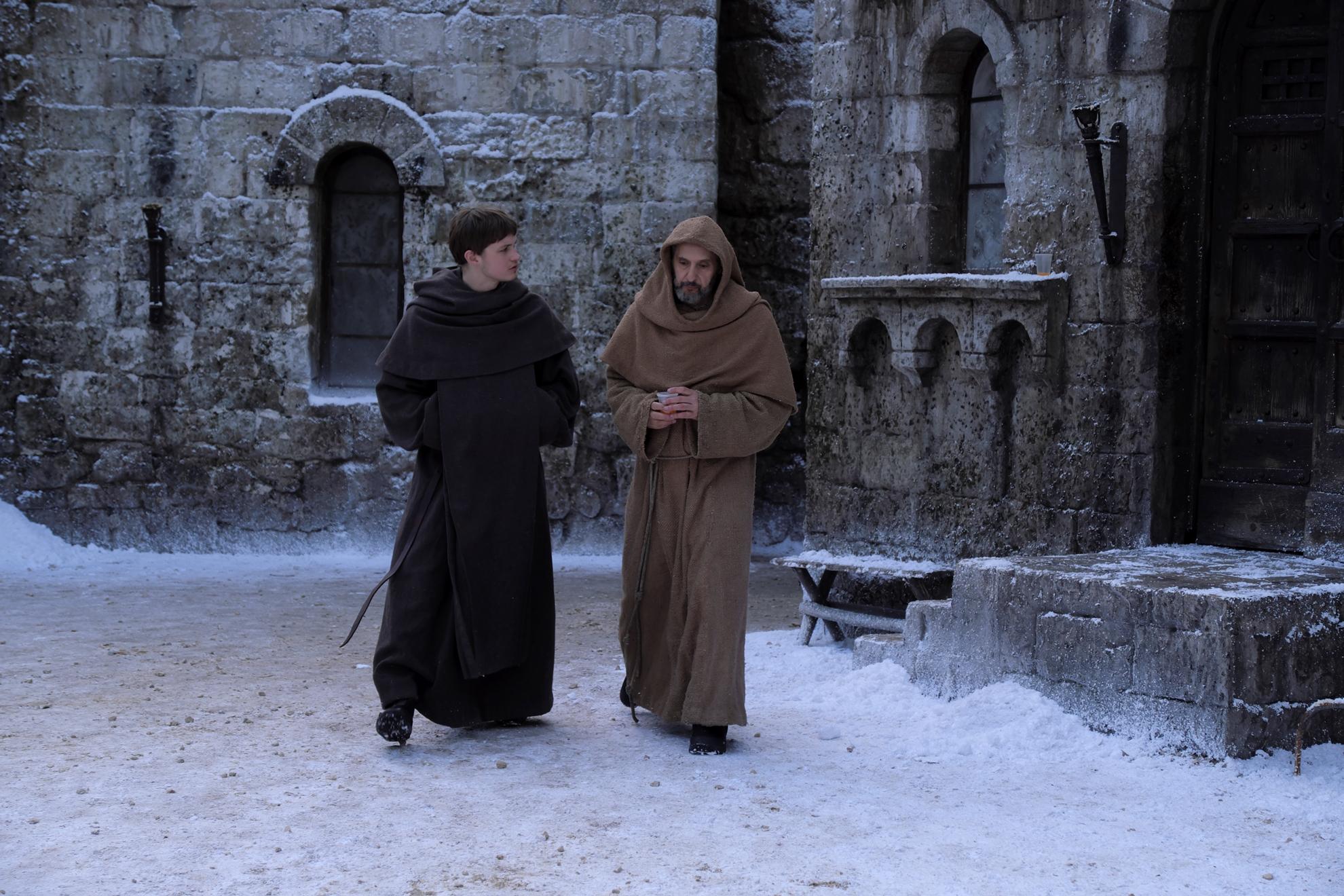 Il nome della rosa: John Turturro e Damian Hardung in una scena della miniserie