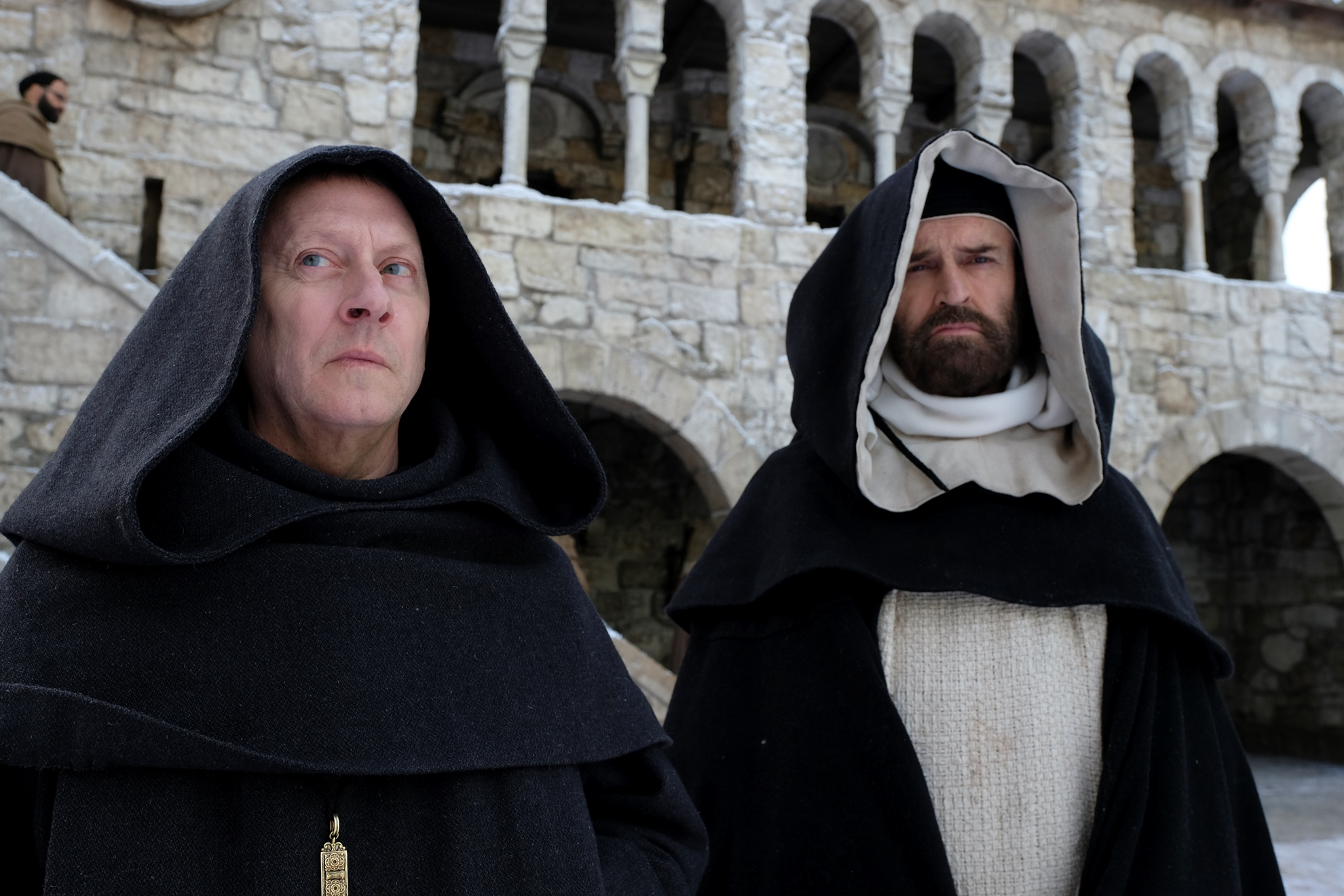 Il nome della rosa: Michael Emerson e Rupert Everett  in una scena della miniserie