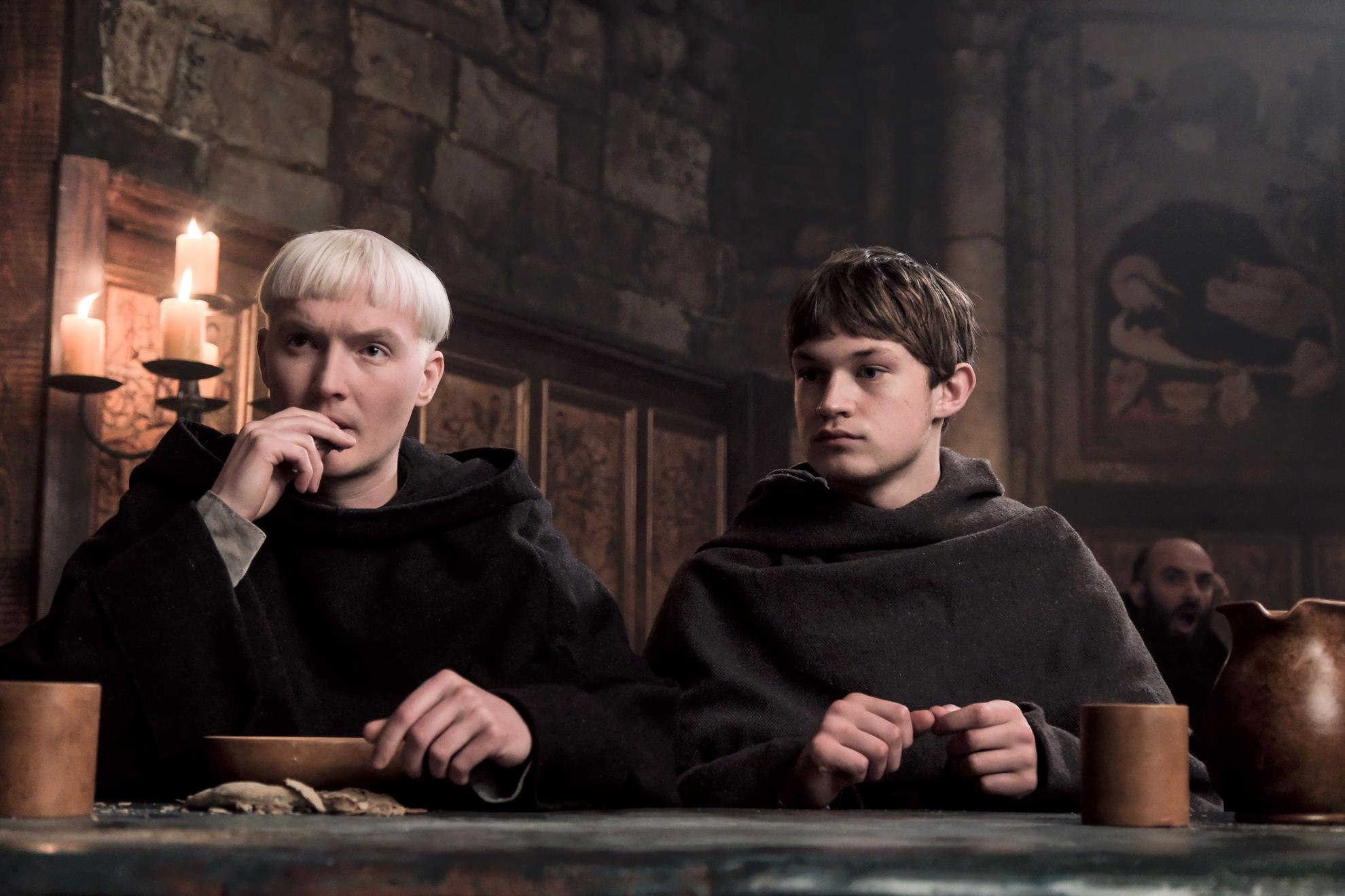 Il nome della rosa: Damian Hardung e Benjamin Stender in una scena della miniserie