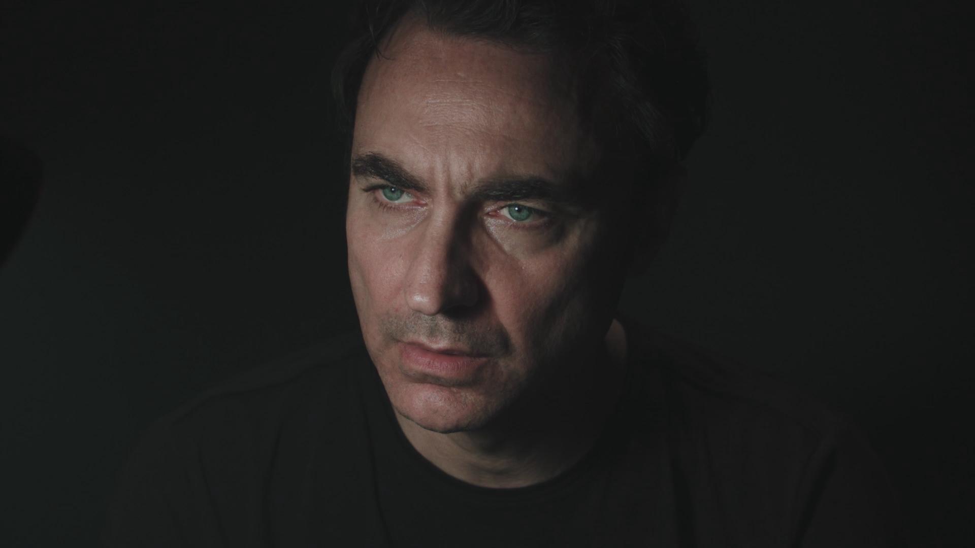 Diabolik: Luciano Scarpa nei pani di Zarcone in una scena del documentario