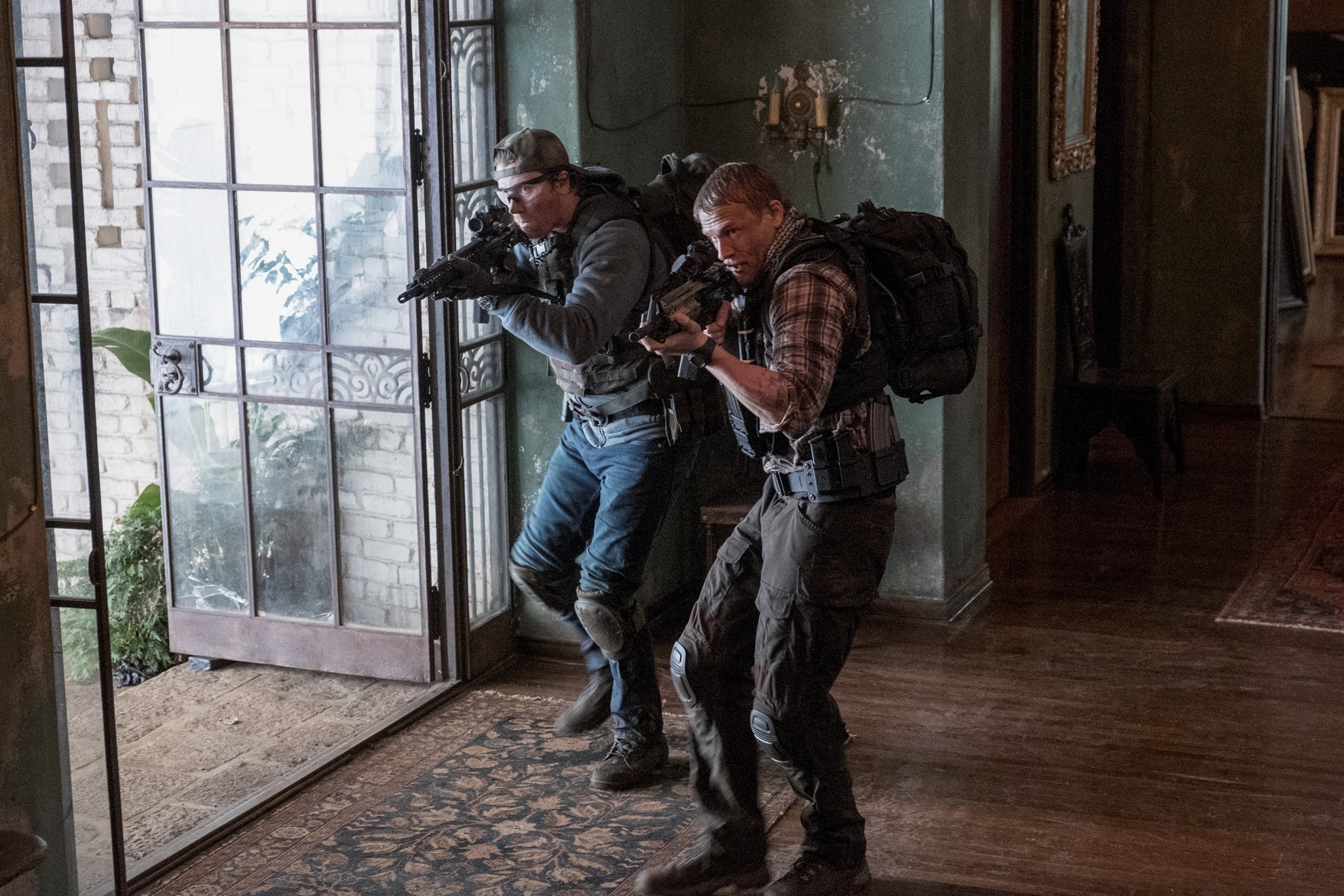 Triple Frontier: Charlie Hunnam e Garrett Hedlund in una scena